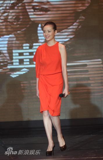 图文:《天安门》首映-董洁红裙亮相