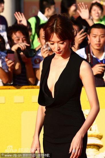 图文:第13届华表奖红毯-林志玲低头理裙装