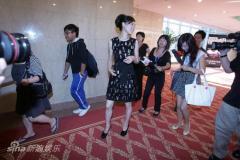 组图:张静初出席华表奖发型复古仪态优雅