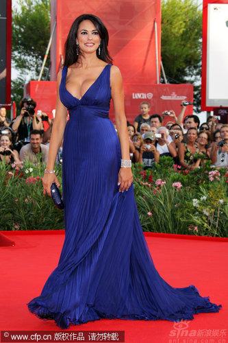 图文:威尼斯开幕红毯-主持人玛莉亚优雅登场