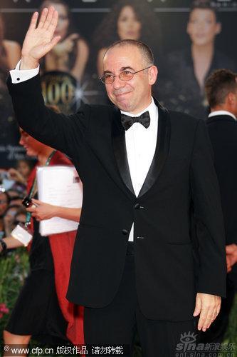 图文:威尼斯开幕红毯--导演朱塞佩挥手致意