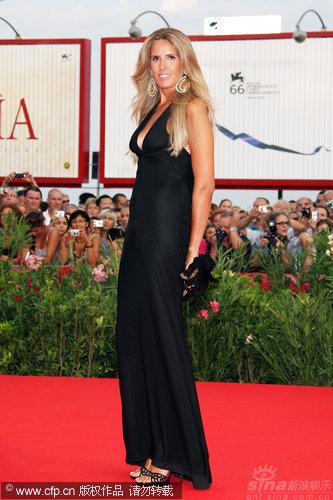 图文:威尼斯开幕红毯-女星缇西娜黑裙修身秀丰胸