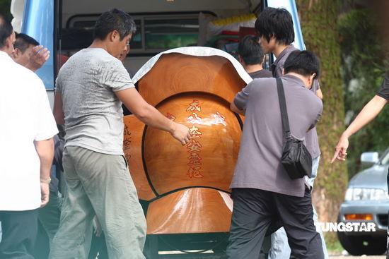 图文:成奎安出殡--棺木花费超百万