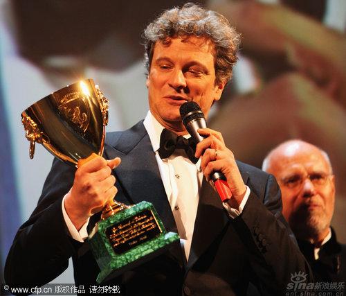 图文:威尼斯闭幕现场-科林费斯秀影帝奖杯