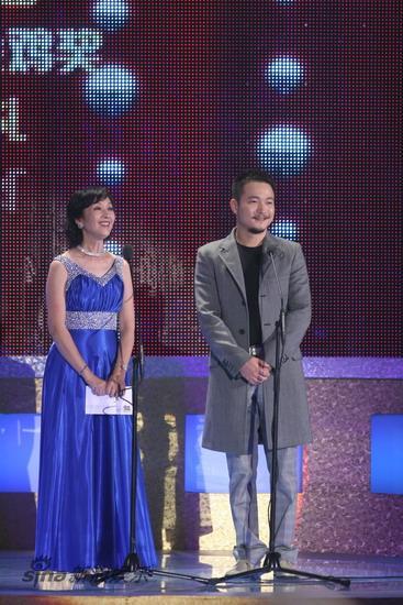 图文:金鸡百花电影节闭幕式-龚雪和喻恩泰上台颁奖