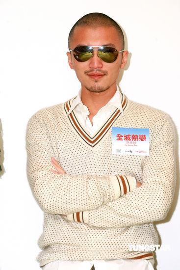 图文:《全城热恋》香港发布会--谢霆锋黑超遮面