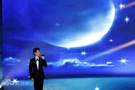 图文:《孔子》首映庆典-任泉献唱歌曲
