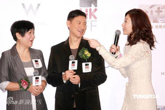 图文:香港电影节发布会--张可颐开心拍张学友