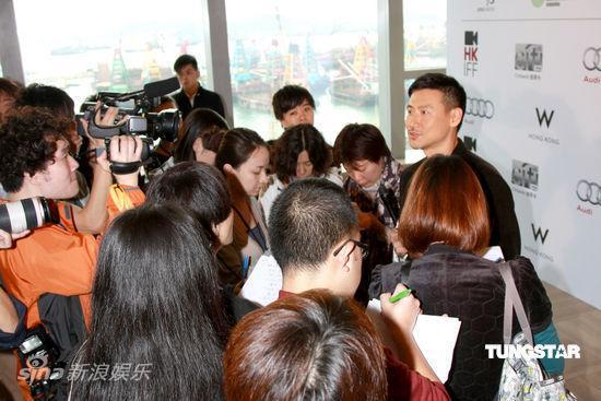 图文:香港电影节发布会--张学友被媒体围攻