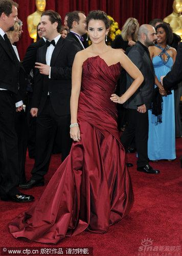 图文:第82届奥斯卡红毯-克鲁兹酒红色长裙亮相