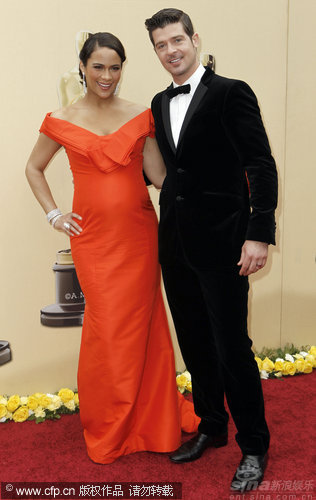 图文:第82届奥斯卡红毯-宝拉-巴顿和丈夫亮相