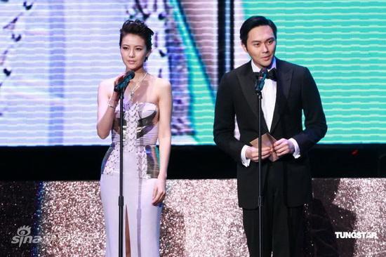 图文:亚洲电影大奖-高圆圆和张智霖开奖