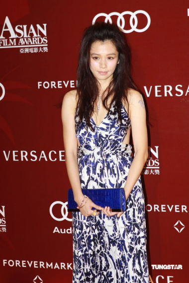 图文:亚洲电影大奖--徐若�u宛若少女现身红毯