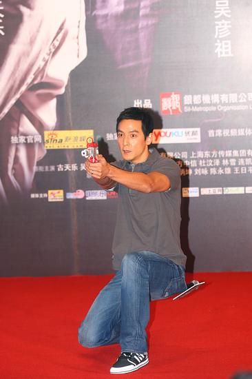图文:《枪王之王》首映--吴彦祖做射击姿势