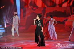 组图:林忆莲黑裙酷劲十足献唱经典影视金曲