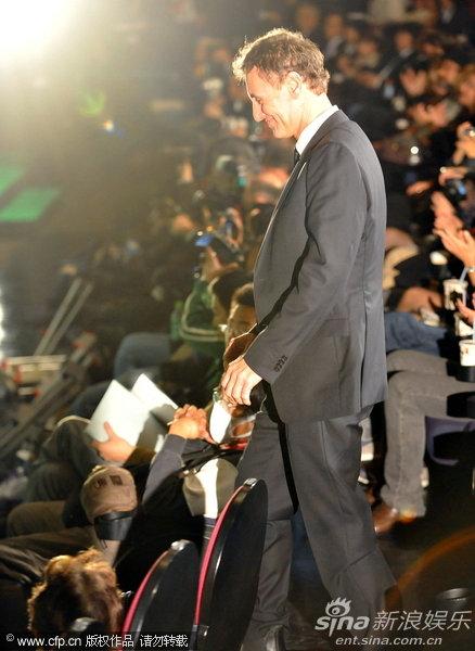图文:东京电影节颁奖礼-《水下生活》导演上台领奖