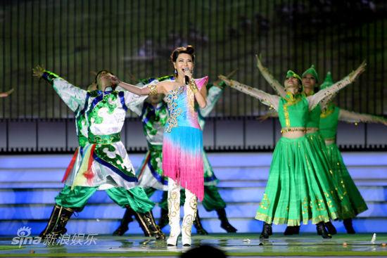 乌兰图雅演唱《套马杆》