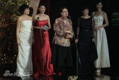 组图:许鞍华获选最佳导演颁奖后台笑捧奖杯