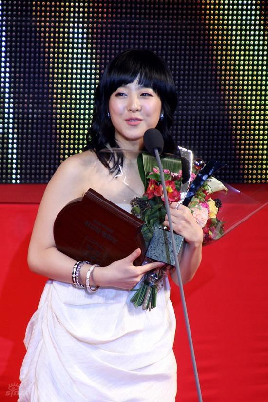 图文:韩国MAX电影颁奖礼--朴宝英获最佳新人奖