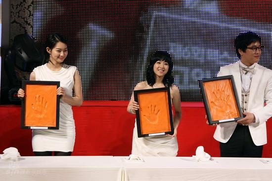 图文:韩国MAX电影颁奖礼--展示手印合影留念