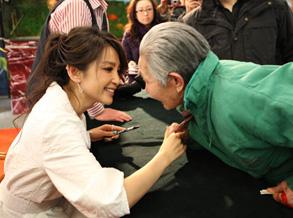 李冰冰签售《十年映画》遇84岁老粉丝