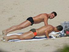 瑞奇-马汀与同性密友海边度假