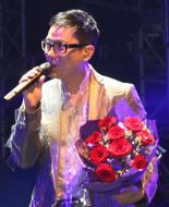 情歌王子手抱玫瑰花