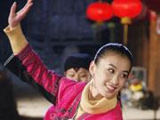 黄圣依开心跳舞