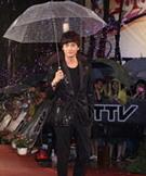 郑元畅雨中撑伞