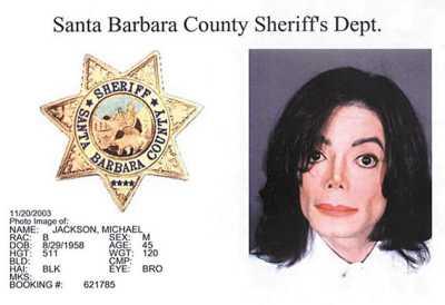 资料图片:杰克逊03年因娈童案被捕时的存档照