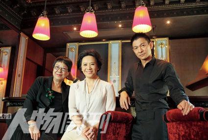 许鞍华(左)、叶德娴(中)和刘德华合影