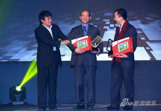 陈彤(左)为领奖代表(右)颁发荣誉
