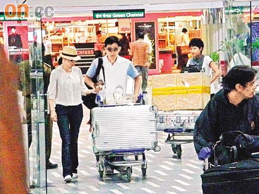 梁朝伟夫妇飞抵印度出租车残旧滞留机场(图)