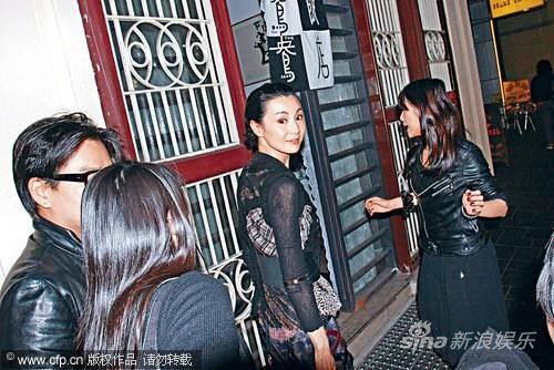 张曼玉现身香港如女皇出巡专人恭迎显大牌(图)