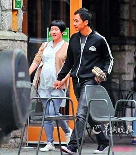 林嘉欣怀孕7个月和老公十指紧扣现身温哥华