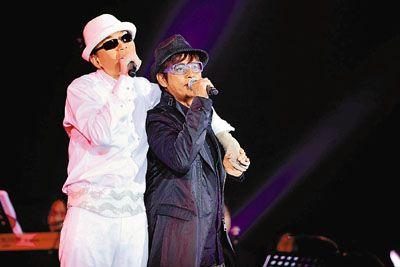 蔡枫华与谭咏麟在台上妙语如珠