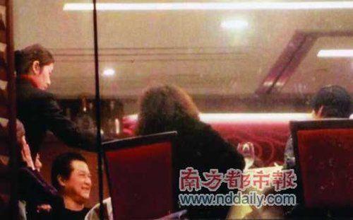 邓光荣与几位朋友聚餐