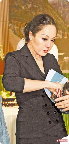 特意前往台湾追思好友的章小蕙,脸形身材略肿