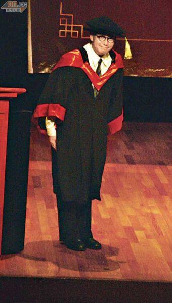 """8-01-谭咏麟昨天(6月29日)获理工大学颁授""""荣誉教授""""。"""