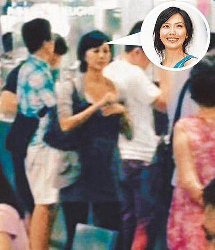 """此前有粉丝在新加坡用餐时偶遇孙燕姿,让""""孙妈妈""""大肚样曝光。"""