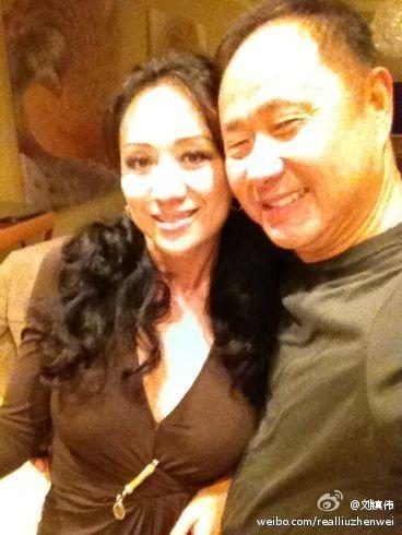 刘镇伟与妻子合影