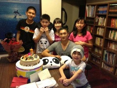 吴奇隆和侄子侄女提前庆生