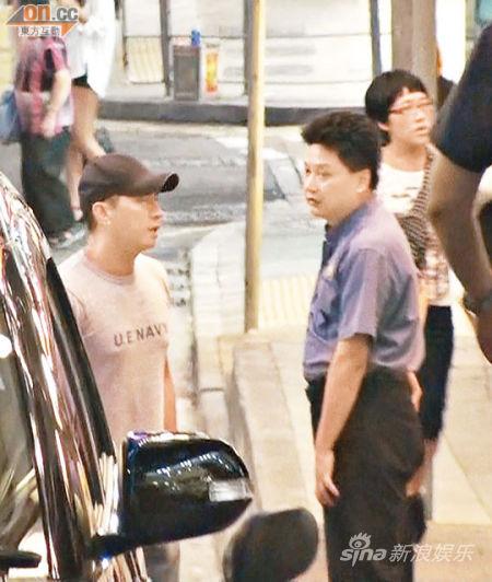 张家辉(左)从食店走出来后,仍然与职员聊天。
