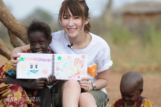 萧亚轩2010年探视非洲儿童,母爱浓浓