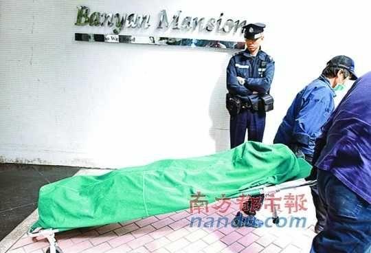 警方调查完毕,尸体被运出房屋。