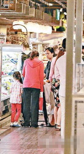 陈慧珊带女逛超市