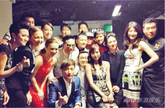 黎明虽然没有接受访问,但在后台跟一众演出歌手合照,包括曾传不和的杨千嬅。
