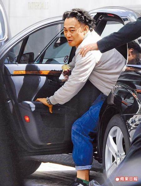 陈奕迅被拍到在伦敦乘坐黑色奔驰车和妻女会合。