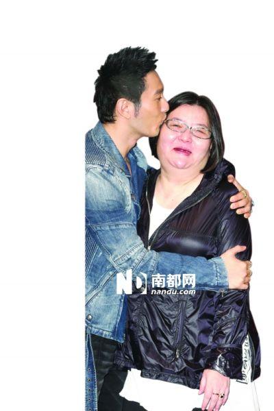 7月24日晚,邱��宽举办50岁庆生派对,黄晓明专程从北京飞到台北,向寿星献吻。