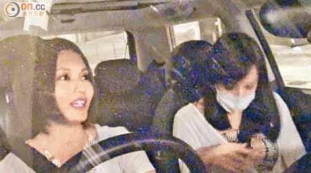 陈静(右)被问到怀孕传闻时,突然激动拍肚。